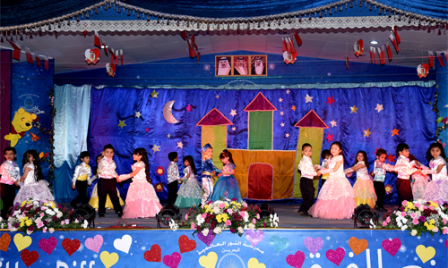 Al noor international school kindergarten annual day dt for Annual day stage decoration images