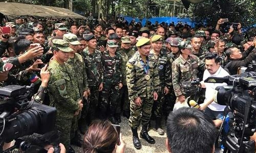 Pacquiao visits troops in Philippine warzone