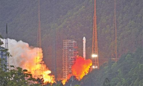 SpaceX launches 10 satellites