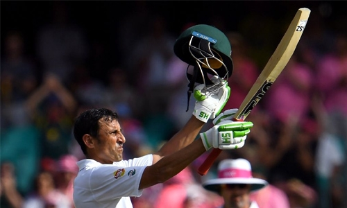 Ton-up Younis keeps Pakistan alive