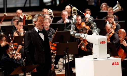 Robot 'conductor' steals the show from Italy's top tenor