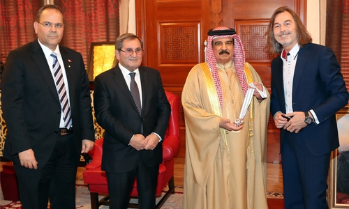 HM King Hamad receives Russian artist