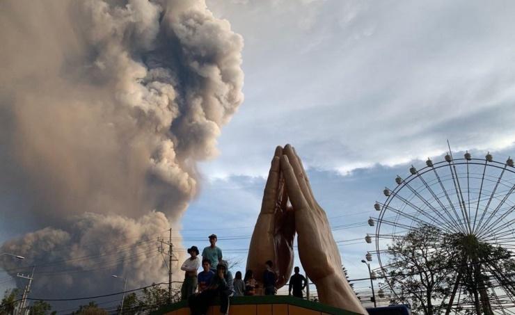 Volcano erupts near Manila; airport shut, villagers flee