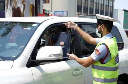 Muharraq police distribute face masks, gifts