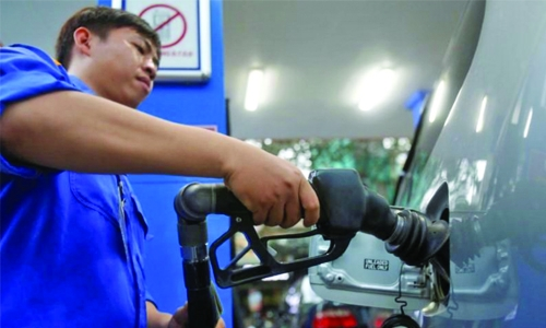 Oil rises on Saudi pledge to cut output, weak dollar