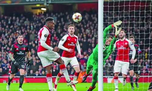 Welbeck double help Arsenal past Milan