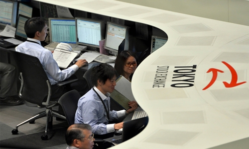 Automakers lead Tokyo stocks higher by close