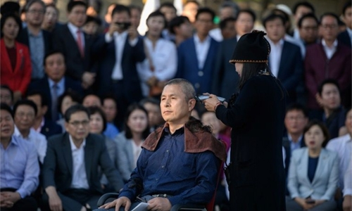 S. Korea opposition party leader shaves head in protest