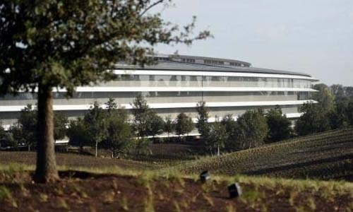 Apple 'spaceship' nestled in Earthly oasis