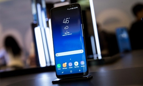 Samsung to update software over 'red screen' smartphone