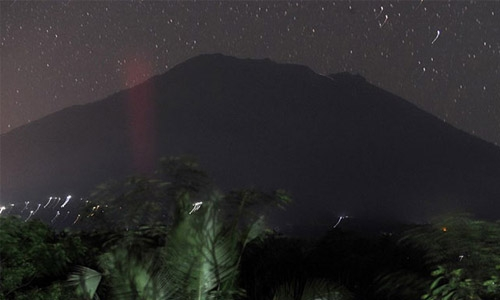 Bali volcano on highest alert level, thousands flee