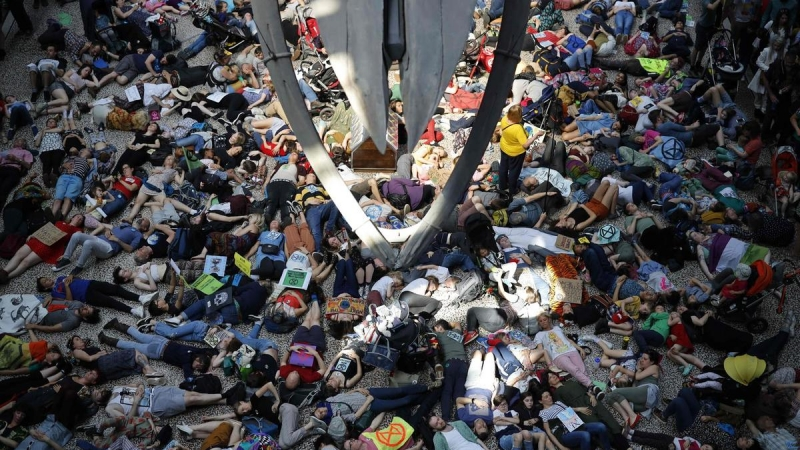 Climate change protesters halt London street blockade