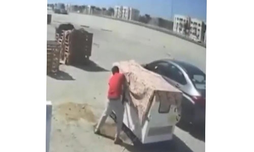 CCTV footage traps man stealing from food carts: Bahrain