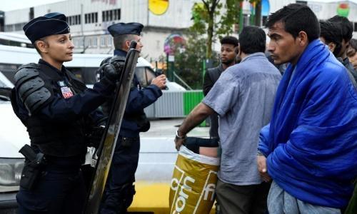 Paris police evacuate 2,000 migrants