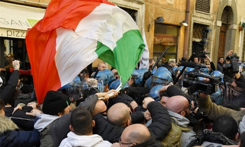 Italy taxis drivers strike over 'Uber' benefits