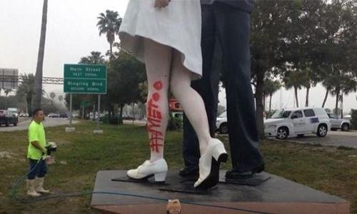 Statue of US sailor kissing nurse vandalized with '#MeToo'