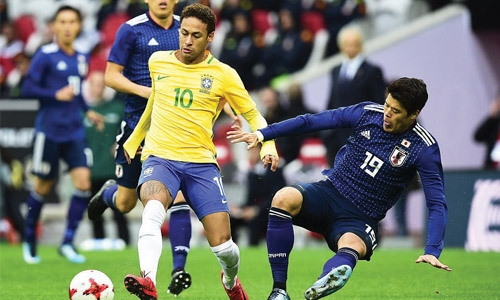 Neymar converts one penalty, misses another in Brazil stroll