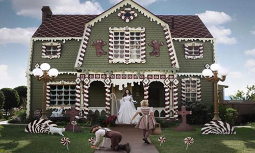 Woman turns her parents' home into life-sized gingerbread house