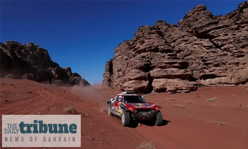 Sainz takes Dakar lead