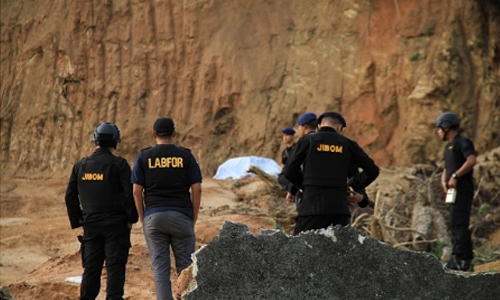 Indonesia says uncovers huge explosives stash