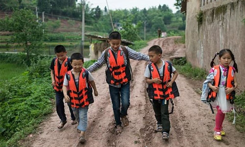 Backpacks, books and life jackets: Time for school in China