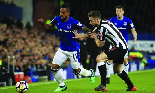 Walcott lifts Everton to victory