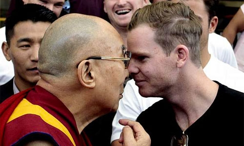 Aussie skipper Smith rubs noses with Dalai Lama