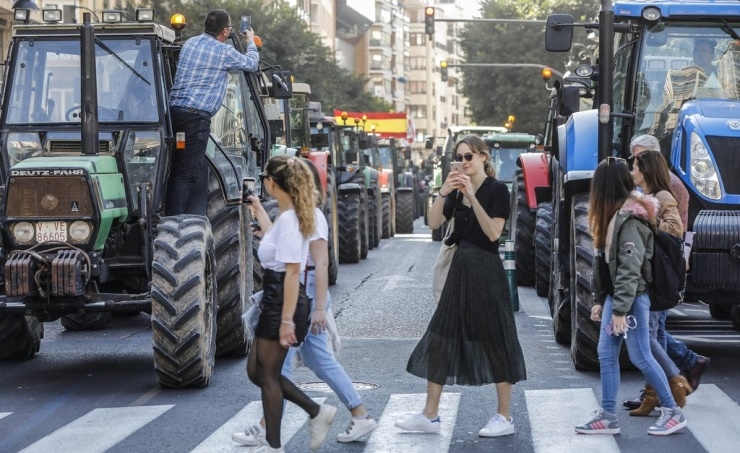 Hundreds of tractors paralyse Valencia as Spanish farmers protest
