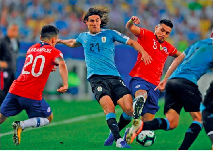 Cavani heads Uruguay over Chile