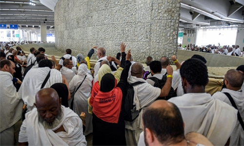 Pilgrims perform Satan stoning